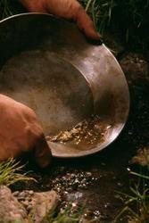 ¿Cómo buscar oro en ríos?